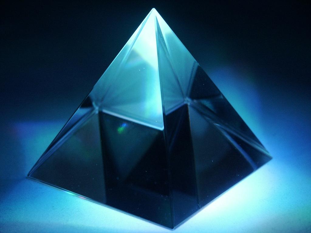 Skleněná pyramida 4cm (Skleněná pyramida 4cm)